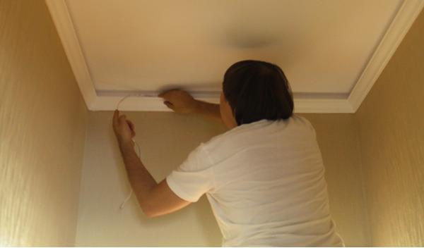Как сделать подсветку на потолке в плинтусах