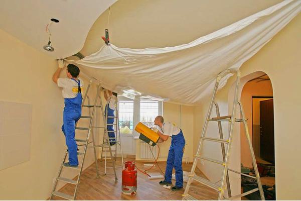 Как натягивают натяжные потолки в домашних условиях